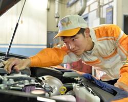 トヨタカローラ大阪株式会社/トヨタ車の【メカニック】★20代30代が活躍している職場です